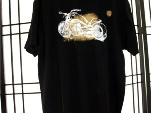 חולצת טריקו מודפסת עם רישום של אופנוע הארלי מהצד וריאציות בפנים