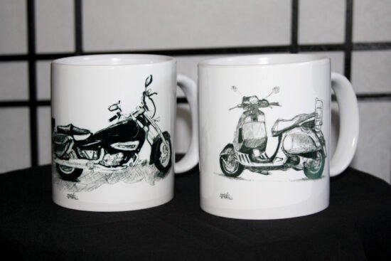 שתי כוסות וספה ואופנוע עם תיקים